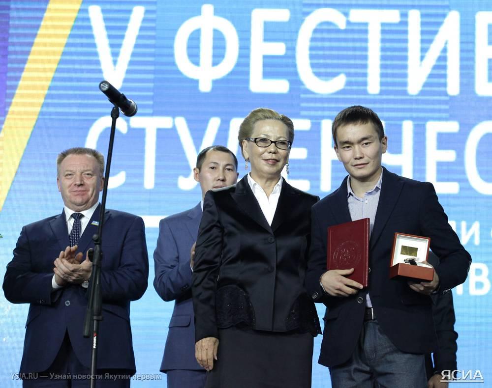 Галина Данчикова поздравляет Василия Егорова