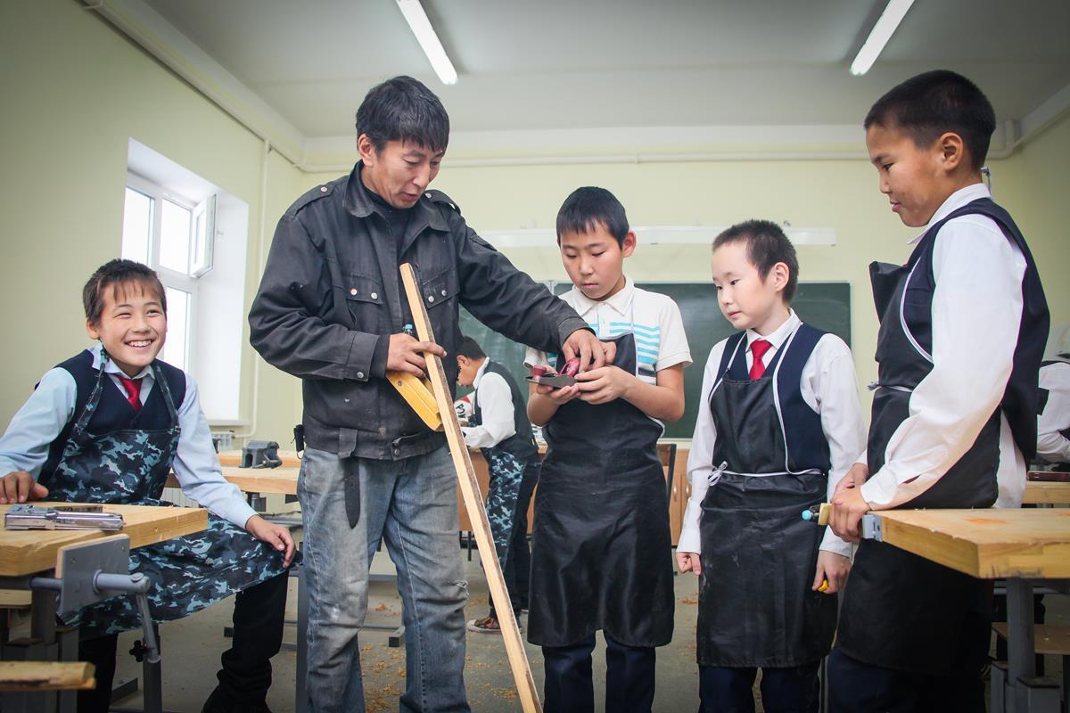 У школы есть свои мастерские, где ребят учат труду
