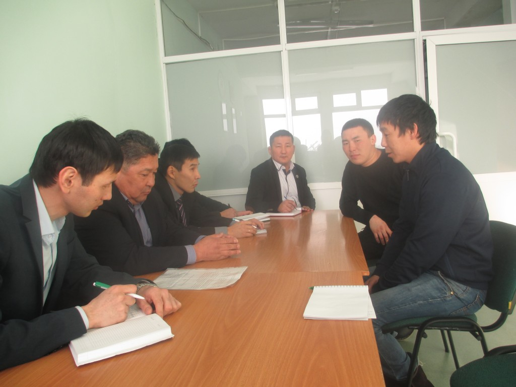 Начинающий фермер Николай Ноговицин из села Кобяконцы консультируется с министром Александром Артемьевым